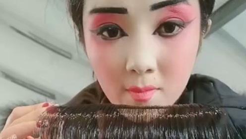妈妈每次唱戏化妆好辛苦,特意为她买一个超方便的刘海!