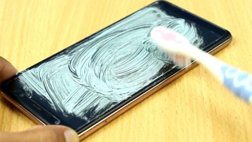 用牙膏能修复碎裂的手机屏?老外亲身进行实验,结果欲哭无泪