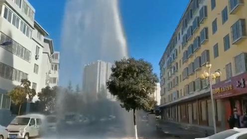商洛一小区自来水管爆裂 10余米高水柱喷涌而出