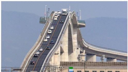 日本一座近乎垂直的大桥,老司机看后怀疑人生,怎么上坡下坡