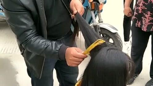 长虱子的头发原来可以卖,看大叔的手法,小妹妹又多了一份零花钱!