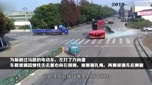苏州张家港货车15000公斤玻璃突然掉下车,男子瞬间被玻璃渣淹没