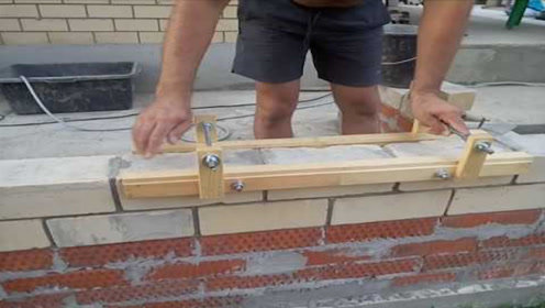 """45岁农村大叔发明""""砌墙""""神器,一小时砌380块砖头,9块钱造一个"""