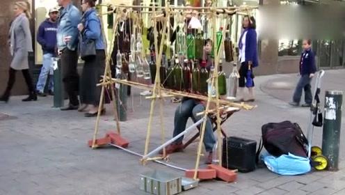 街头艺人表演水瓶钢琴,创意音乐真美妙!