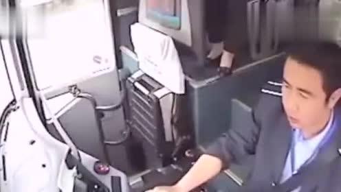 高速上强行超车被撞,真佩服大客车司机的镇定!赞!!!