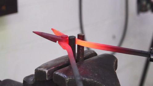 两个铁块,烧红了硬是锤出一把钳子,这质量比买的好