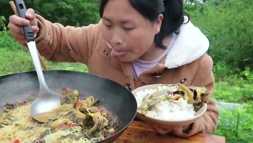野生黄辣丁要怎么做才香?胖妹下了一把酸菜做酸汤鱼,拌上米饭太经典了!