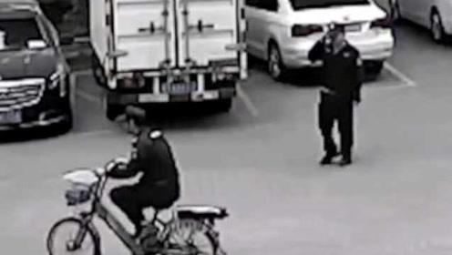 监拍:男子乔装保安偷自行车,路遇真保安互相敬礼问好