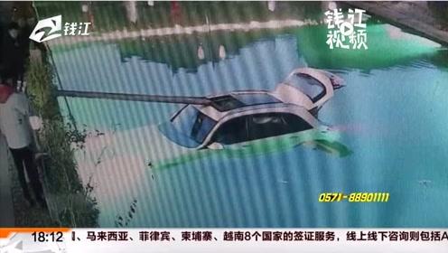"""车主离车未熄火  谁把车""""开""""进了池塘"""