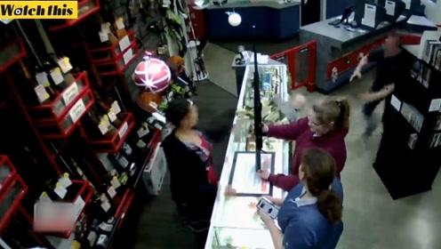 母亲专注买枪 店员瞬间神反应救下掉落收银台的小宝宝