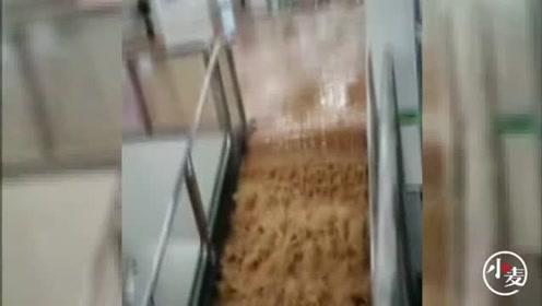 突发:厦门吕厝地面发生塌陷 大量泥水涌入地铁站