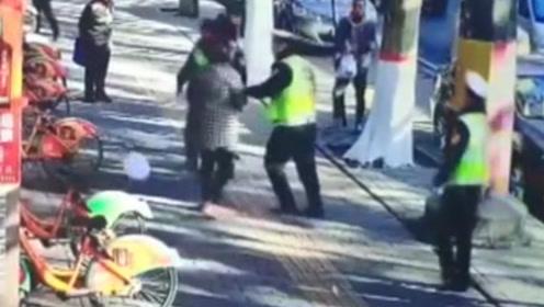 要求删除违停遭拒绝 女子殴打交警被刑拘