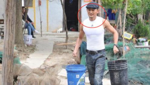 他冒充农民唱歌,红遍全中国迎娶超女,身份被拆穿后落魄成这样!