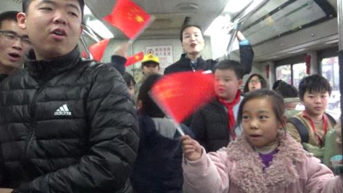 国家公祭日,郑州公交车厢中这一幕令人振奋!