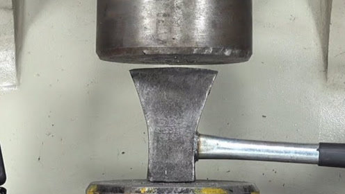 液压机挑战斧头,二者会碰撞什么火花?场面有点硬核,千万别模仿