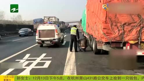 货车司机突发急病 交警将其送上救护车