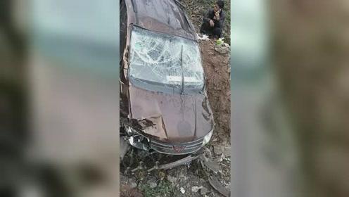 小车失控翻下数十米山沟面目全非 司机命大竟从车内自行爬出
