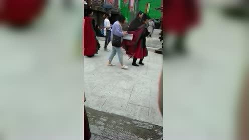 陈钰琪拍戏现场,红袍加身英气十足,网友就是个子矮了点