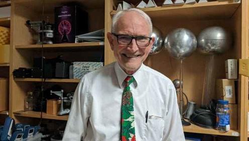别人家的老师!美国69岁大学教授花式上物理课,学生不想下课