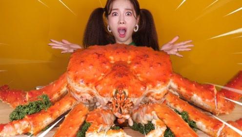 美女吃超大的帝王蟹,第一次见这么粗壮的蟹腿,没想到几条蟹腿就吃饱了!