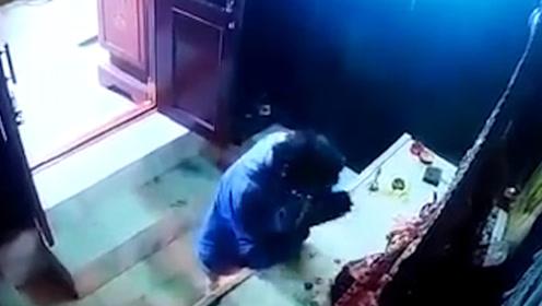 丑态百出!印度男子寺庙里偷神像王冠 左顾右盼边拜边偷被监控拍下