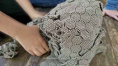 5万个巴克球铺成的地毯长啥样?国外牛人亲测,结果被一只球毁了