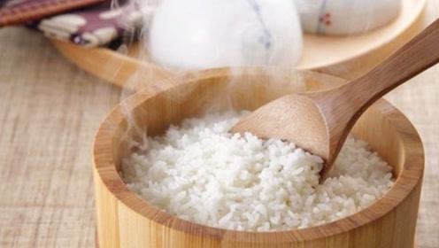 蒸米饭别那么老套,老厨师透露诀窍,米饭喷香好吃,一次吃5碗