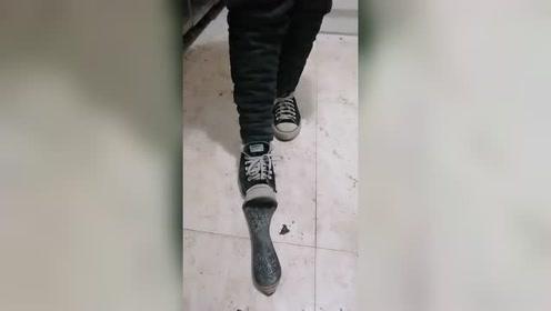 当代年轻小朋友,鞋子穿成这样,还能苦中作乐!