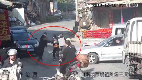 泉州民警佯装路人抓小偷 现场视频曝光