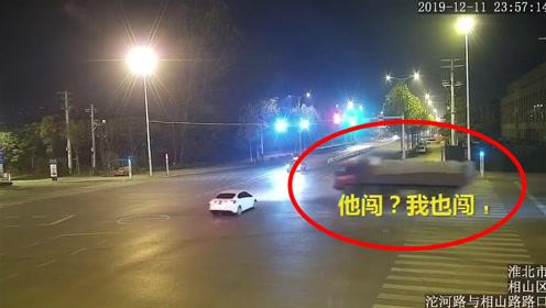 """前车闯我也闯!安徽一大货车闯红灯,将小车撞致180度""""掉头"""""""