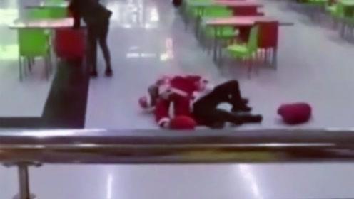 这是我的地盘!两名圣诞老人为抢地盘大打出手画风逗趣