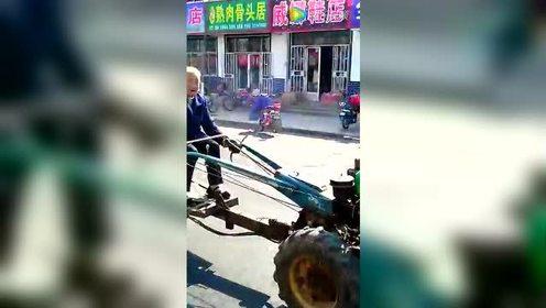 80多岁老奶奶轻松开手扶拖拉机上街转