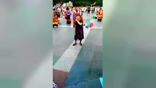 凉山州西昌彝族月城广场广场舞 这老人太牛了 记得加 qq873889090