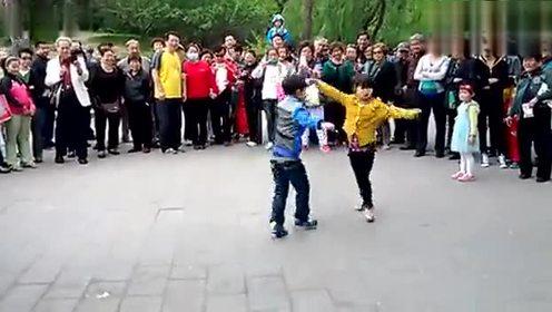 两个8岁小孩跳广场舞逆天了!