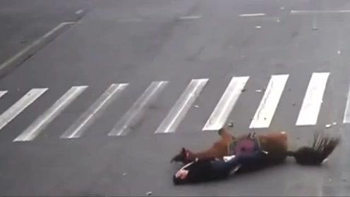 一男子骑马飞奔在马路上,路口被撞飞