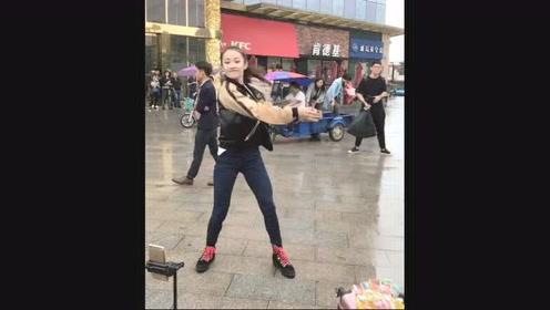 东莞美女广场跳舞,后面的大爷看哪呢