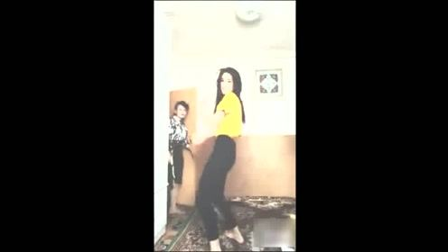 实拍美女直播舞蹈,妈妈碰巧推门进来,好尴尬啊