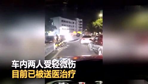 小车蹭上路边护栏失控 旋转180度躺路中