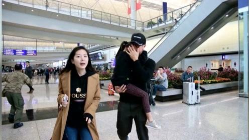 吴尊现身香港机场 NeiNei紧抱爸爸似树袋熊