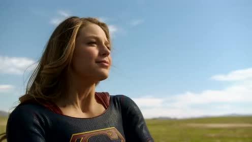 女超人和闪电侠合力将闪电侠送回到了自己的地球上