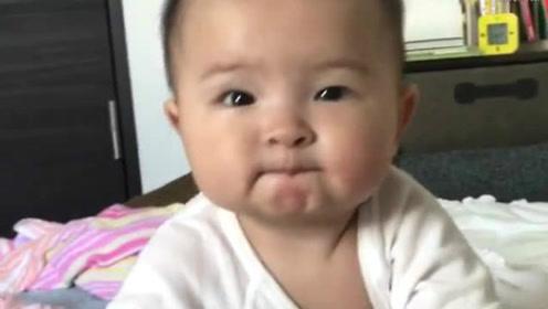 小宝宝想爬上床找妈妈结果爬不上,对着妈妈一直笑的样子萌翻了