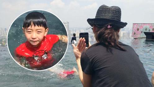 张柏芝一家三口现身新加坡,两个儿子水中嬉戏很是自在