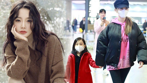 李小璐母女亮相机场 甜馨冲记者挥手乖巧可爱