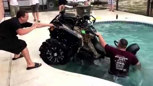 囧大了!沙滩车拼命地在水里挣扎,不是说好的要逆天吗?
