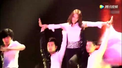 林允儿舞台走猫步的那一刻,怦然心动,女神大秀火辣热舞