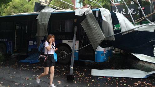 天空飞来一座房 砸中行驶中的公交车