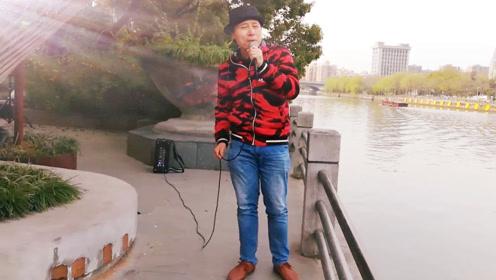 厉害了我的哥,大叔运河边动情演唱《拥抱你离去》歌声真伤感