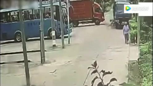 年轻妈妈带着儿子踩自行车,没想到下一秒会这样!