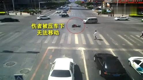 最帅背影!女子十字路口目睹事故,下车飞奔救人