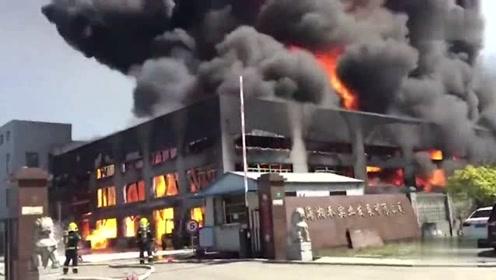 西樵厂房突发火灾 火势犹如炸弹爆炸